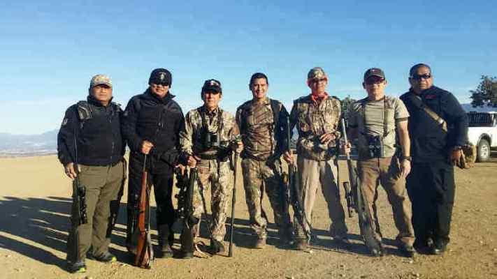 Berbagi pengalaman dengan sesama pemburu, menjadi momen penting selama berburu.