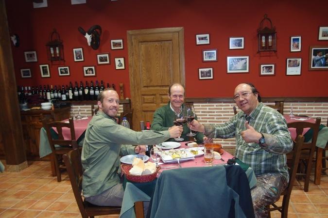 Saatnya makan malam di resto milik salah seorang pemburu Spanyol.