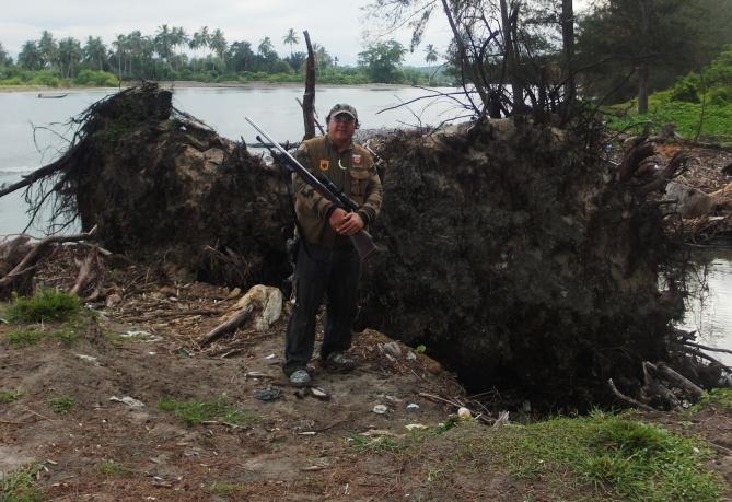 Senior hunter Kendrariadi tak ingin melewatkan pose di pinggiran belantara perburuan.