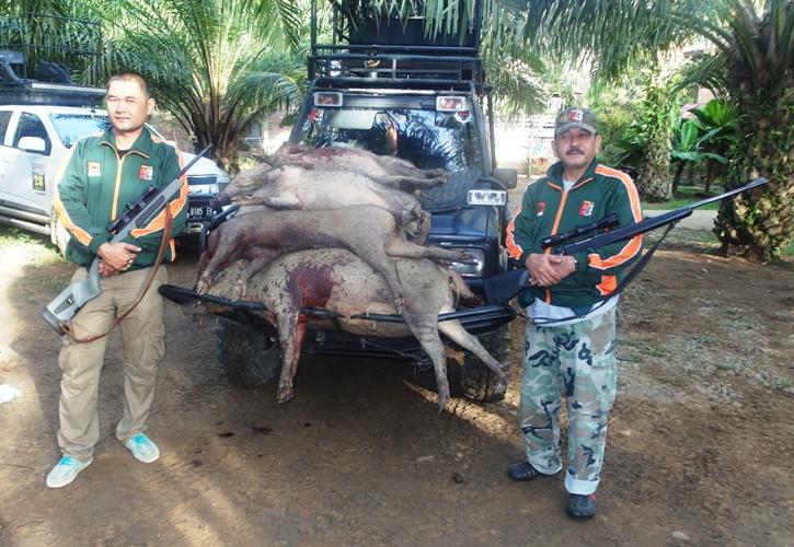 Hunter Choky bersama pemburua lainnya di samping hewan hasil buruannya.