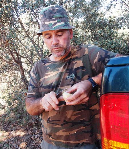 Antonio, pemandu berburu kami selama di Spanyol. Pria ini memiliki kelebihan mampu menirukan suara rusa jantan yang menarik perhatian rusa jantan lainnya berdatanagan.