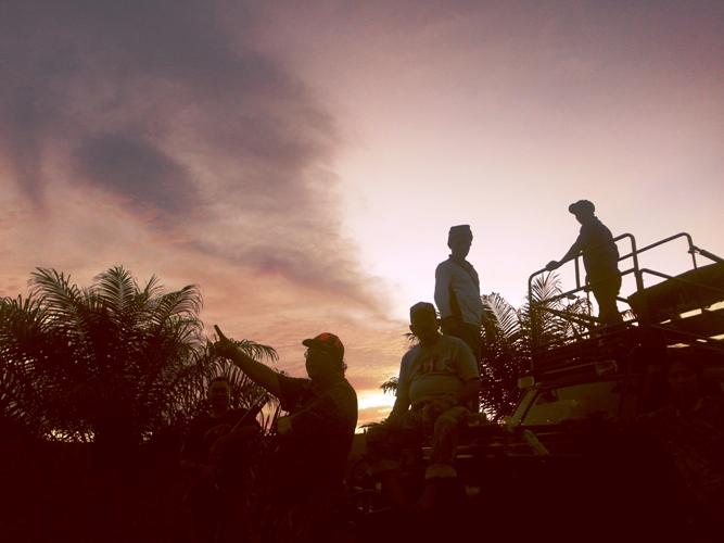 Para hunter dan kru rehat sejenak menikmati suasana  sunset alam Bengkulu nan memesona.