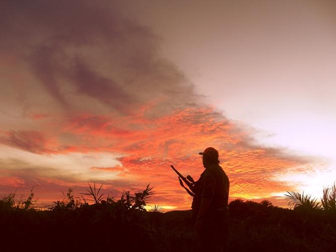 Senior hunter Kendrariadi tengah menikmati keindahan sunset alam Bengkulu yang kian memerah.