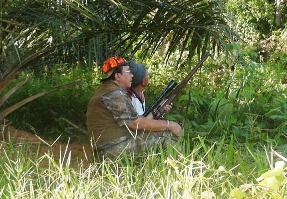 Senior hunter Kendrariadi bersama seorang kru berburu sedang mengamati medan perburuan (nyanggong) saat perburuan sore hari.