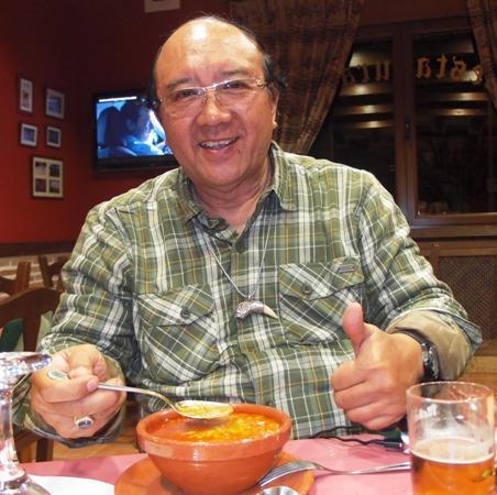 Menikmati semangkuk soup sebelum makanan utama.
