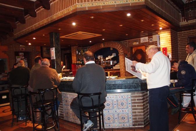 Resto tempat kami mampir untuk sarapan pagi sebelum berburu. kami membaur dengan warga yang ada di sana.
