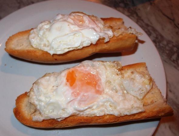 Menu sarapan kami sebelum bebruru rti bakar dan telur ceplok.