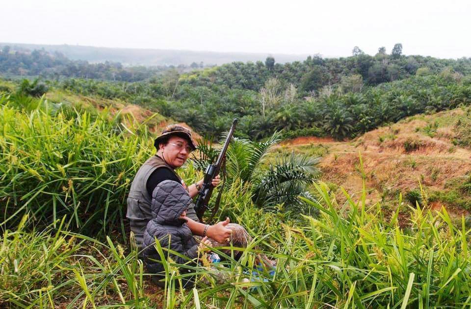 Senior hunter Kendrariadi bersama Nathan (cucu) saat nyanggong di medan perburuan di hutan Ipuh, Bengkulu.