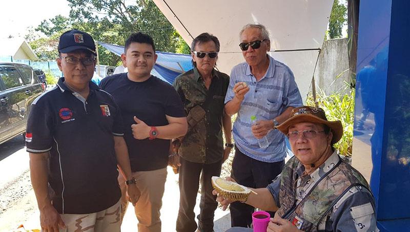 daya dan para hunter menikmati durian di basecamp Puma Group, Ipuh, Bbengkulu.