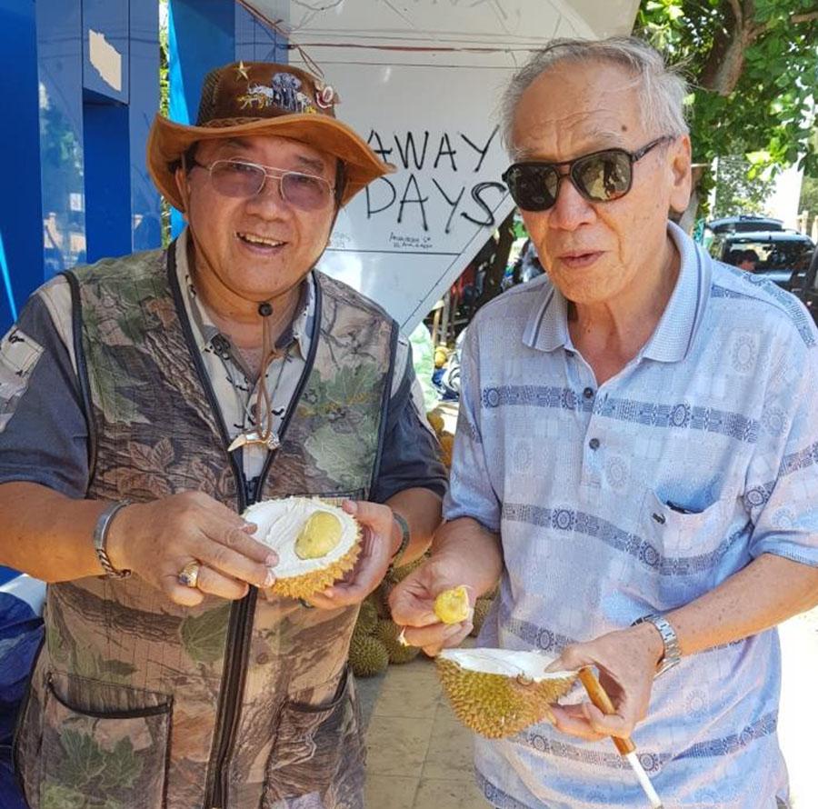 Saya dan Senior Hunter Hadi menikmati durian Bengkulu.